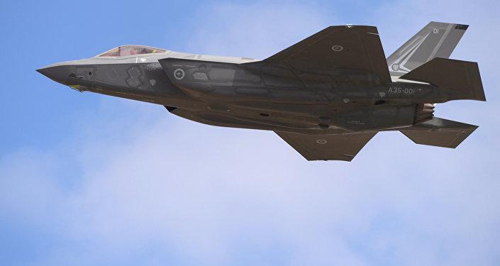Un Lockheed Martin F-35 vuela durante una exhibición en el Avalon Airshow en Victoria, Australia