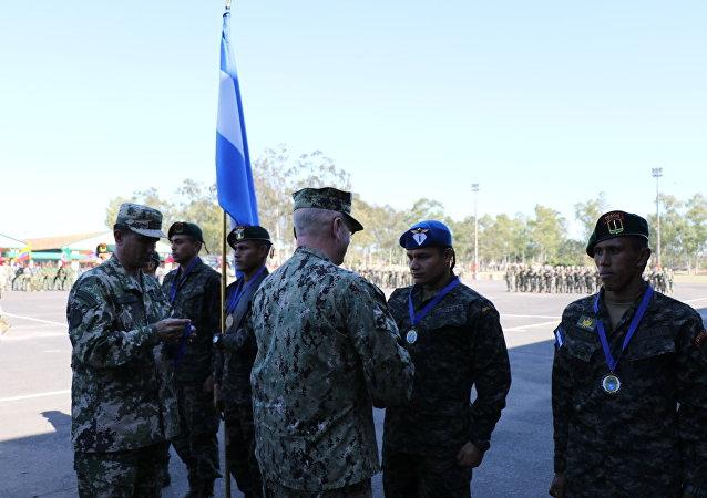 El almirante estadounidense Kurt W. Tidd felicita a las Fuerzas Especiales de Honduras