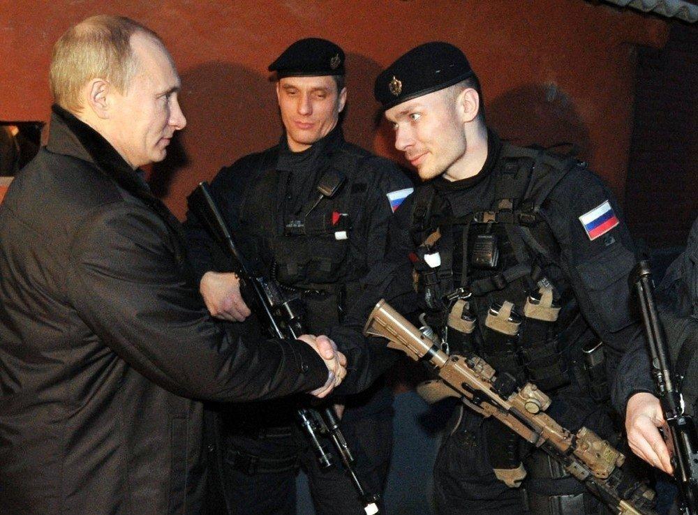 Presidente de Rusia, Vladimir Putin, y los soldados del Grupo Alfa (2011)