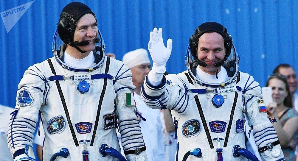 Los cosmonautas Paolo Nespoli (ЕSА) y Serguéi Riazanski (Roscosmos) antes de partir a la Estación Espacial Internacional (EEI). Baikonur, 28 de julio de 2017.