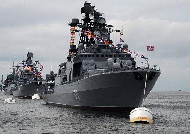 El buque Almirante Vinogradov participa en un desfile solemne en Vladivostok, en el Lejano Oriente ruso