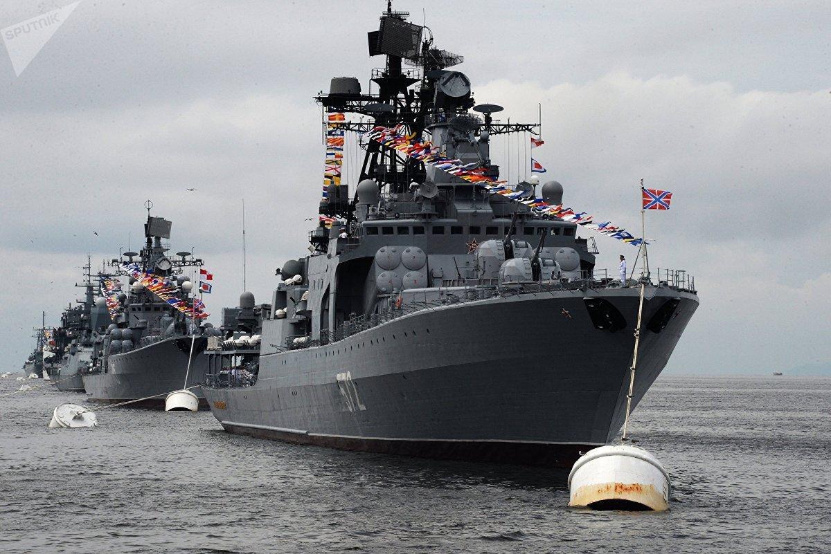 El buque Almirante Vinogradov participa en un desfile solemne en Vladivostok, en el Lejano Oriente