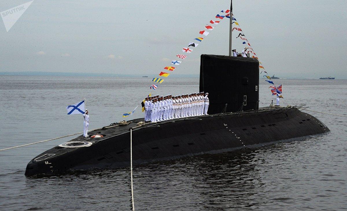 Un submarino de la clase Varshavianka durante el desfile naval celebrado en Vladivostok