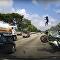 Fuertes imágenes: el pasajero de una moto 'vuela' 20 metros tras chocar con un auto