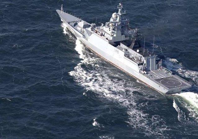 Marineros rusos y chinos realizan tareas en el marco de los ejercicios Cooperación marítima 2017