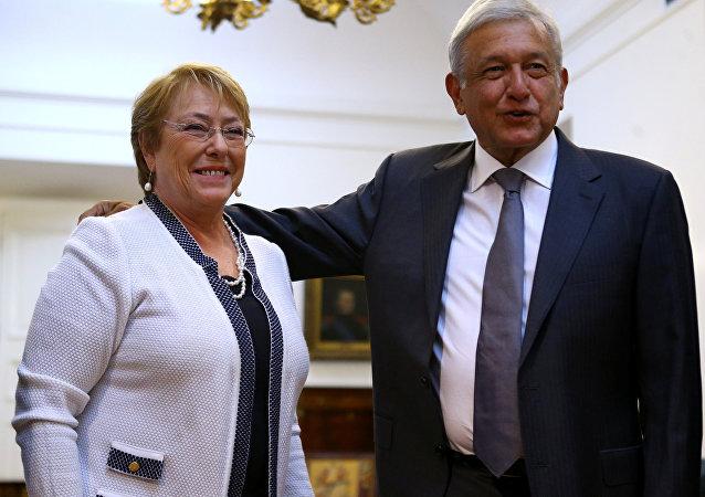 Michelle Bachelet, presidenta de Chile, y  Andrés Manuel López Obrador, aspirante a la presidencia de México