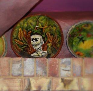 Un plato decorativo que conmemora el Día de los Muertos en México (imagen referencial)