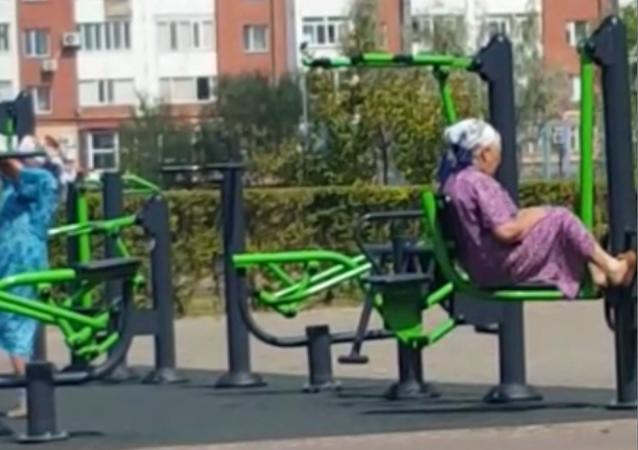 Lecciones de 'fitness' de un par de ancianas kazajas