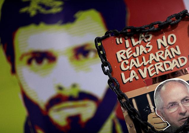 Un cartel con el retrato de Leopoldo López