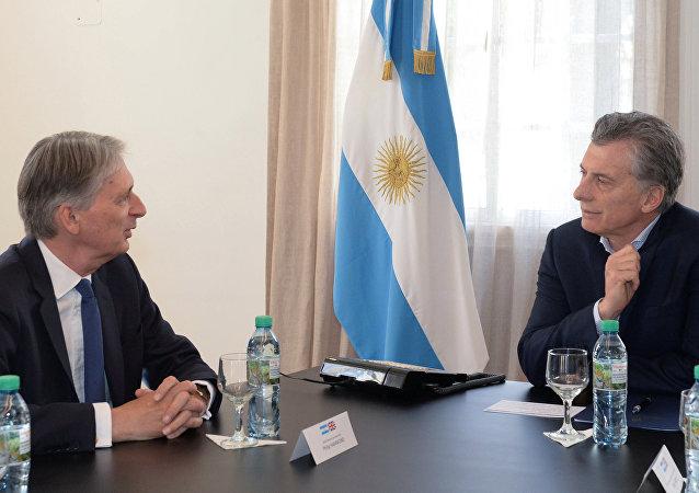 El presidente de Argentina, Mauricio Macri, y el canciller de Hacienda de Reino Unido, Philip Hammond