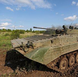 El blindado de fabricación soviética BMP-1 durante los ejercicios (imagen regerencial)