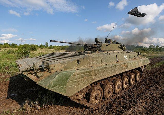 El blindado de fabricación soviética BMP-1 durante los ejercicios (imagen referencial)
