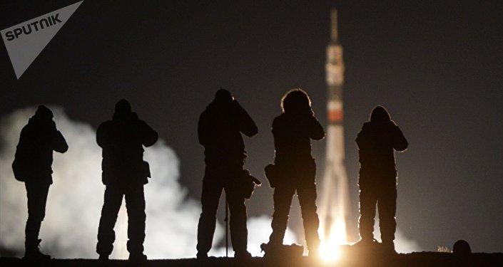 Cápsula Soyuz aterriza en Kazajistán con tres a bordo