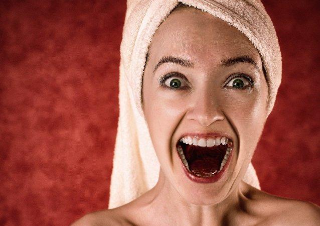 Una mujer con una toalla en la cabeza (imagen referencial)