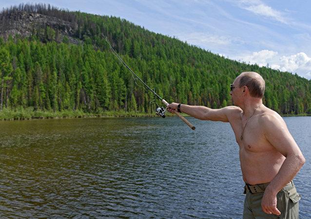 Vladímir Putin pescando (archivo)