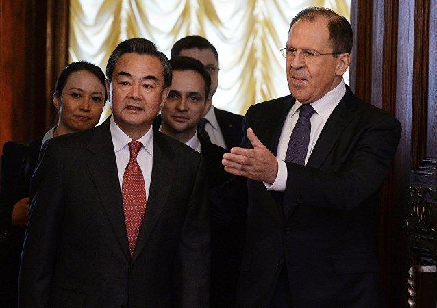 Wang Yi, ministro de Asuntos Exteriores de China, y Serguéi Lavrov, ministro de Asuntos Exteriores de Rusia
