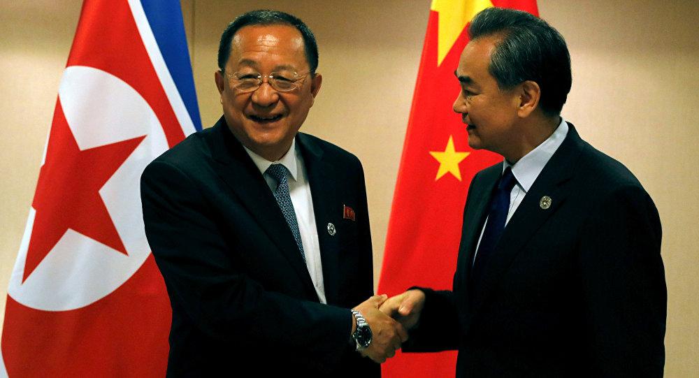 Ministros de Exteriores de Corea del Norte, Ri Yong-ho, con su homólogo chino, Wang Yi