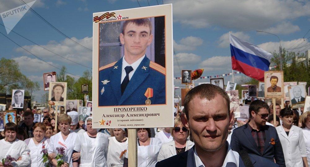 Una foto de Alexandr Projorenko en la marcha del Regimiento Inmortal en Rusia