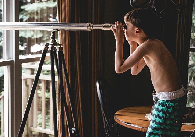 Un niño con un telescopio