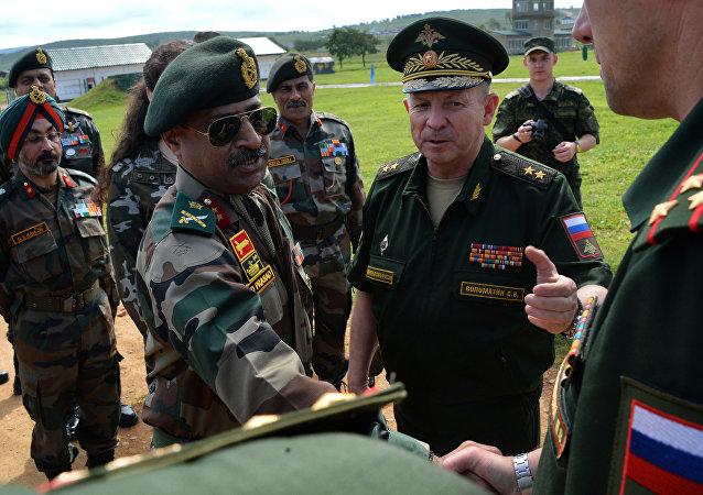 Militares rusos e indios