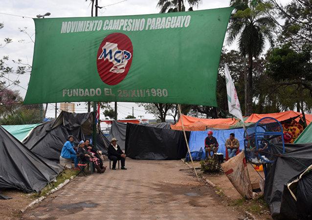 Campesinos paraguayos en la plaza de Armas frente al Congreso Nacional en Asunción, Paraguay