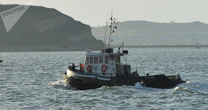 Un buque en el estrecho de Kerch que una al mar de Azov con el mar Negro