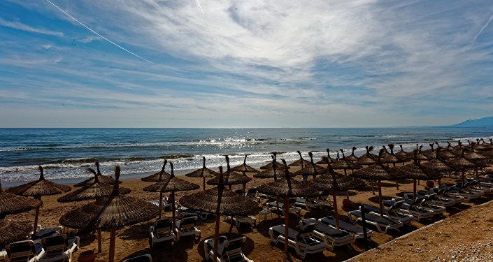 Playa turística en Marbella, España