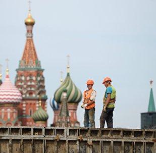 Unos obreros en Moscú