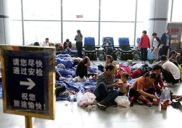Los pasajeros en el aeropuerto de Jiuzhaigou, China