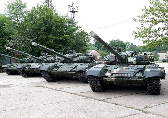 Los tanques T-72 y T-64 en la presentación de la maquinaria bélica en la fábrica de Lviv, Ucrania