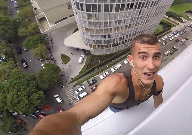La policía caza al 'spiderman ruso' después de coronar un rascacielos de 120 metros