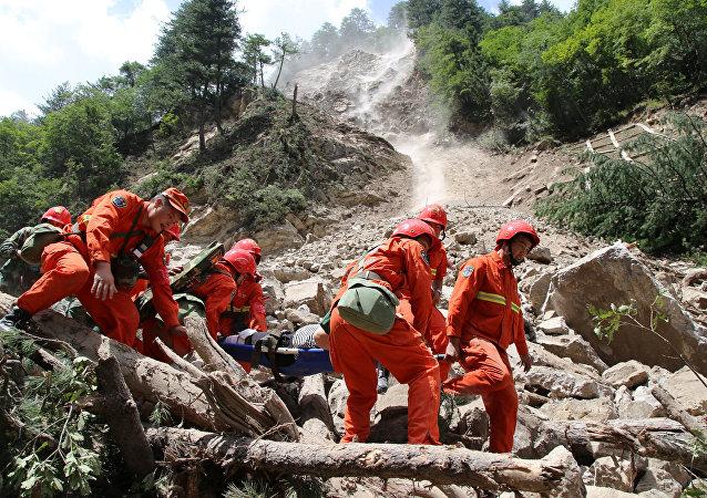 Los rescatadores buscan supervivientes tras el terremoto en China