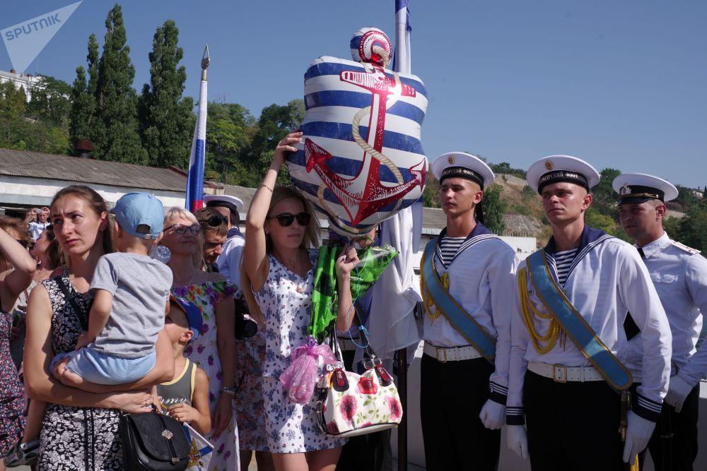 Los familiares de los marineros, en plena ceremonia de bienvenida al sumergible Krasnodar