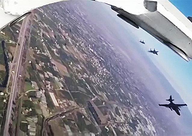 Aviones de combate Su-25 salen de la base aérea Hmeymim en Siria (imagen referencial)