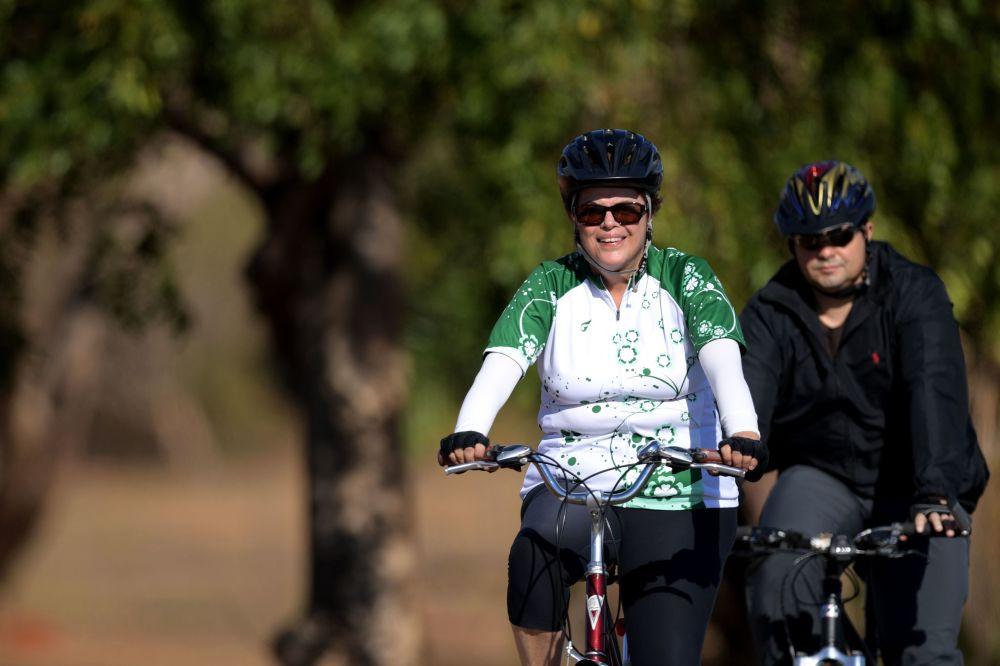 La ex presidente de Brasil, Dilma Rousseff, monta en bicicleta
