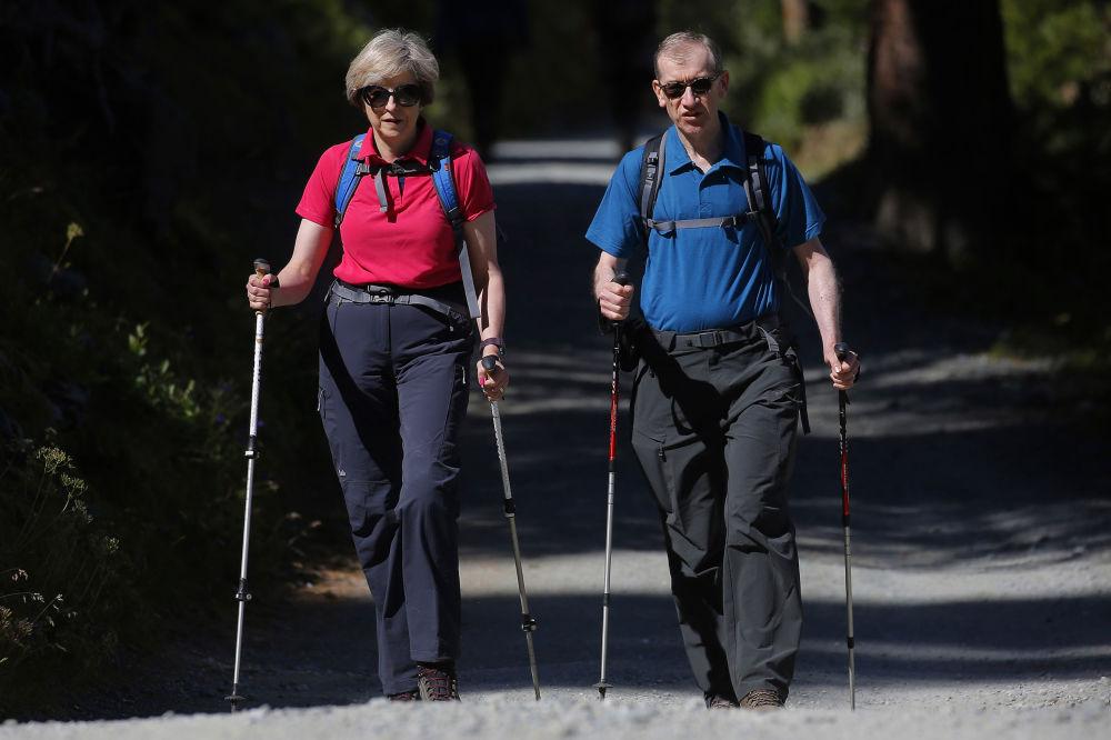 La primera ministra de Reino Unido, Theresa May, con su marido