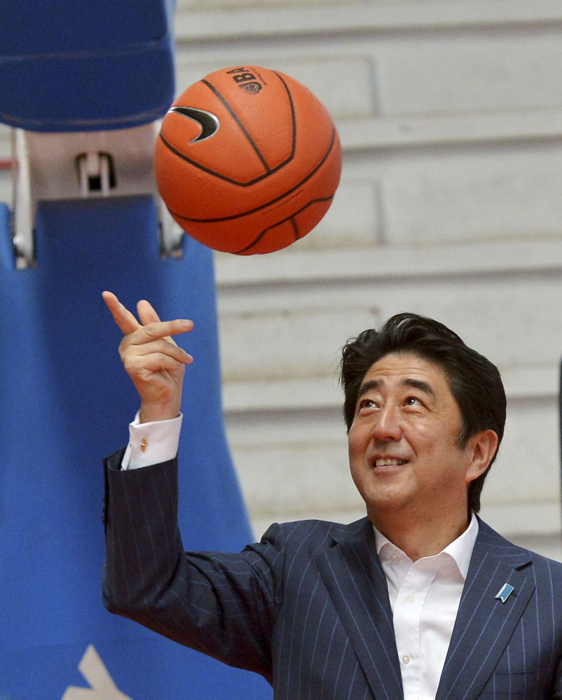 El primer ministro de Japón, Shinzo Abe, con un balón de baloncesto