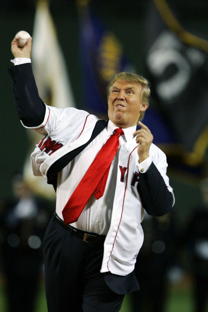 Donald Trump lanza una pelota de béisbol