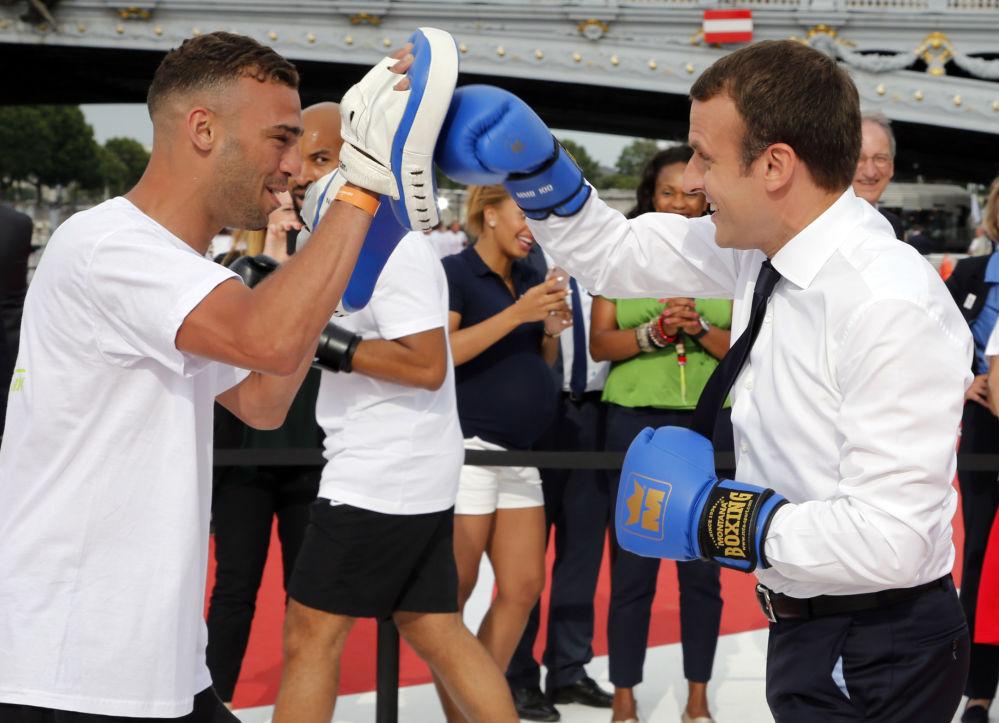 El presidente de Francia, Emmanuel Macron, prueba sus fuerzas en el boxeo