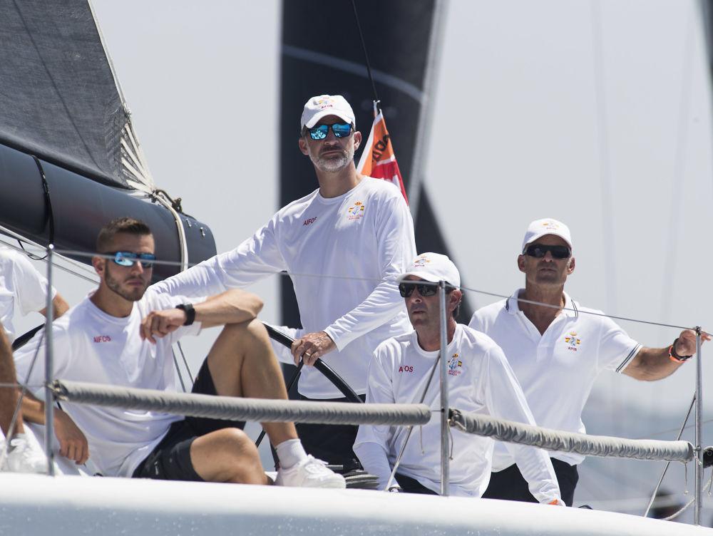 El rey de España, Felipe VI, maneja un velero