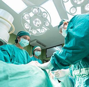 Médicos realizan una cirugía (archivo)