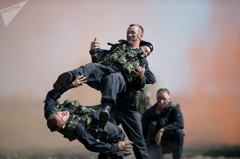 Los soldados protagonizan un 'espectáculo de combate'