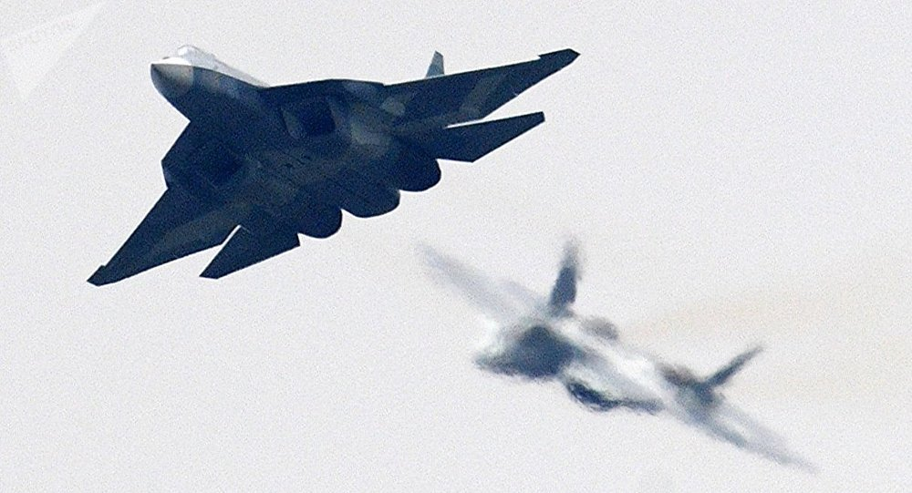 Dos cazas de quinta generación rusos Su-57 durante un vuelo de demostración