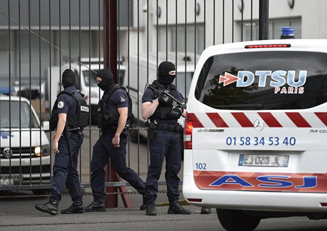 La policía francesa custodia la ambulancia donde trasladan al atacante