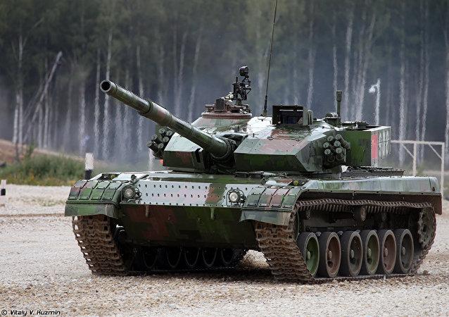 Un tanque Tipo96A en el Biatlón de tanques