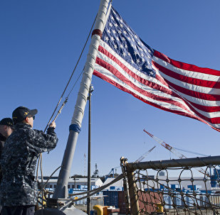 La bandera de EEUU en el destructor USS John Mccain
