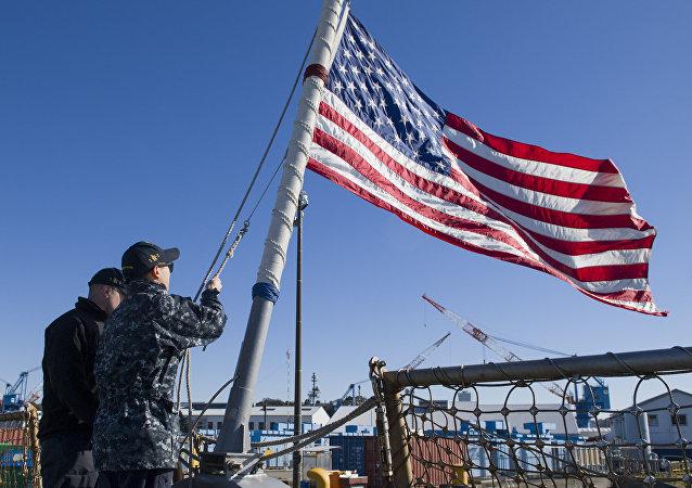 La bandera de EEUU en el destructor USS John Mccain (archivo)