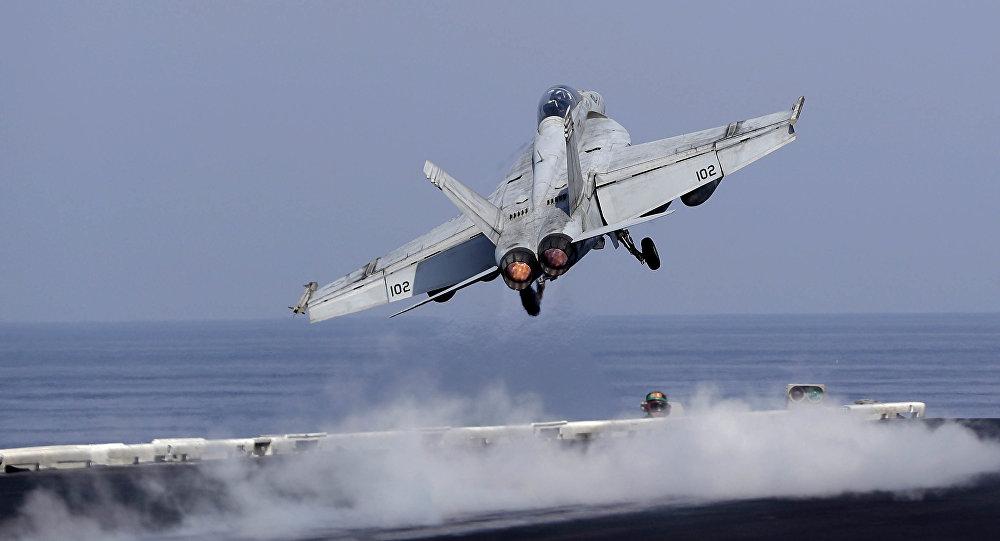 Un caza estadounidense despega de un portaviones de EEUU para apoyar la operación antiterrorista en Siria e Irak (archivo)