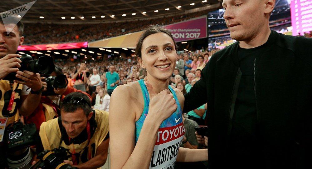 La deportista rusa María Lasitskene, en calidad de 'atleta neutral', tras triunfar en el salto de altura en Londres 2017