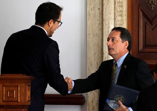 Ministro de Exteriores venezolano, Jorge Arreaza, y el encargado de negocios de EEUU, Lee McClenny